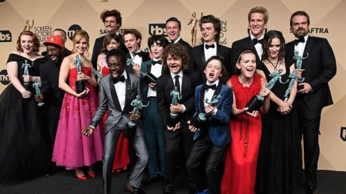 Elenco de  'Stranger Things' celebra vitória no SAG Awards 2017 (Crédito: Getty Images)