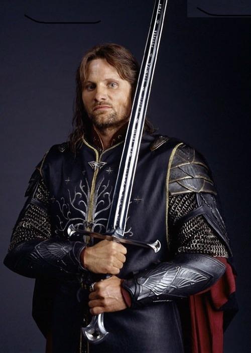 espada-anduril-filme-senhor-dos-aneis-aragorn-tamanho-real-D_NQ_NP_228301-MLB20309219051_052015-F